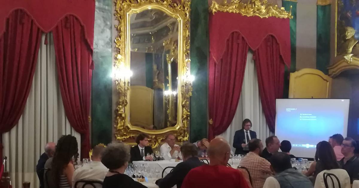 Un pubblico riconoscente per la degustazione guidata delle grappe del consorzio.